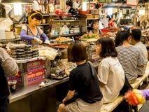 Seoel, Zuid-Korea - Juni 21, 2017: Mensen die smakelijke voedsel en drank eten bij Gwangjang-Markt in Seoel, Korea stock foto's