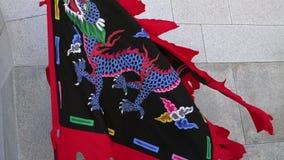 SEOEL, ZUID-KOREA - MEI 19, 2018: Traditionele Koreaanse Koninklijke Vlag die tijdens Veranderende Wachtenceremonie in Gyeongbokg stock video