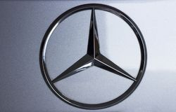 Seoel/Zuid-Korea - 10 15 2018: Mercedes Benz Sign Close Up stock foto's