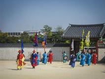 Seoel, Zuid-Korea, Oktober 2012: Ceremonie van Poortwacht Change dichtbij het Gyeongbokgung-Paleis in de stad van Seoel, Zuid-Kor Stock Afbeelding