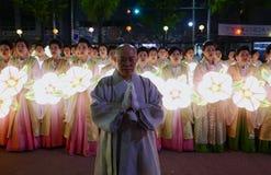 Seoel, Zuiden 29 Korea-April, 2017: De uitvoerders nemen aan een lantaarnparade om deel de verjaardag van Boedha te vieren ` s royalty-vrije stock foto