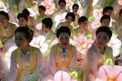 Seoel, Zuiden 29 Korea-April, 2017: De uitvoerders nemen aan een lantaarnparade om deel de verjaardag van Boedha te vieren ` s stock afbeelding