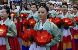 Seoel, Zuiden 29 Korea-April, 2017: De uitvoerders nemen aan een lantaarnparade om deel de verjaardag van Boedha te vieren ` s stock foto's