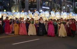 Seoel, Zuiden 29 Korea-April, 2017: De uitvoerders nemen aan een lantaarnparade om deel de verjaardag van Boedha te vieren ` s royalty-vrije stock fotografie