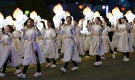 Seoel, Zuiden 29 Korea-April, 2017: De uitvoerders nemen aan een lantaarnparade om deel de verjaardag van Boedha te vieren ` s stock foto