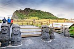 Seongsan Ilchulbong, también llamado Sunrise Peak y que es un Wor imágenes de archivo libres de regalías