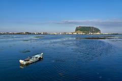 Seongsan Ilchulbong z łodzią w Jeju zdjęcie royalty free