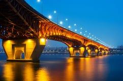 Seongsu bro på natten Arkivbilder
