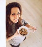 Señora alegre Starts la derecha de la mañana comiendo el desayuno Fotos de archivo