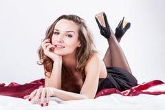 Señora atractiva en cama Fotos de archivo libres de regalías