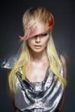Señora bonita con tocado de moda, que colorea Imagen de archivo libre de regalías