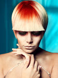 Señora con el pelo blanco-rojo Fotos de archivo libres de regalías