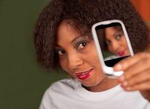 Señora con el teléfono de la cámara Imagenes de archivo
