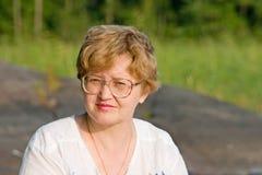 Señora de pelo rubio con las gafas Imagen de archivo