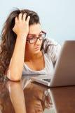 Señora deprimida delante de la computadora portátil Fotografía de archivo
