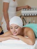 Señora en salón del masaje Imagenes de archivo