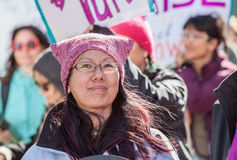 Señora en sombrero rosado en marzo en Tuscon, Arizona Foto de archivo libre de regalías