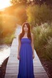 Señora en vestido azul Imagenes de archivo