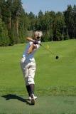 Señora Golfers Swing en el club de campo de Moscú Imagen de archivo libre de regalías