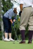 Señora Golfers Swing en el club de campo de Moscú Fotografía de archivo