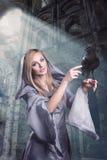 Señora hermosa con el cuervo Imagen de archivo