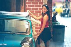 Señora hermosa de Asia que se coloca cerca del coche retro Fotografía de archivo libre de regalías