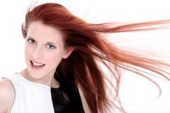 Señora joven atractiva con el pelo rojo largo Imagen de archivo