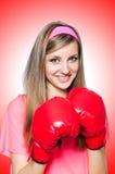 Señora joven con los guantes de boxeo Fotos de archivo libres de regalías