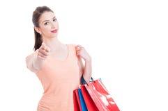 Señora joven de las compras que mira y que señala el finger la cámara Imágenes de archivo libres de regalías