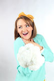 Señora joven hermosa que sostiene el ramo de las flores blancas que lleva el arco amarillo que presenta en un fondo blanco en est Imagen de archivo libre de regalías