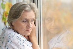 Señora mayor triste en casa Fotos de archivo libres de regalías