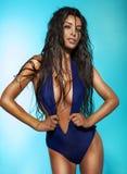 Señora morena atractiva que presenta en traje de baño Foto de archivo libre de regalías