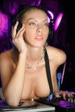 Señora pensativa rubia joven atractiva DJ en el club de noche Fotografía de archivo