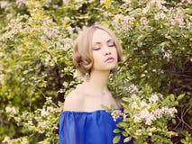 Señora romántica en el jardín Imagen de archivo libre de regalías