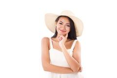 Señora sonriente del verano que le mira, fondo blanco Foto de archivo libre de regalías
