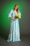Señora victoriana joven con las flores amarillas a disposición Fotos de archivo libres de regalías