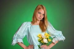 Señora victoriana joven con las flores amarillas a disposición Imagen de archivo libre de regalías