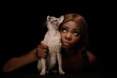 Señora y su gato que miran para arriba Foto de archivo libre de regalías