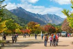 Seorak,束草,韩国- 2013年10月23日:雪岳山的游人 免版税库存照片