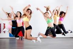 Señoras en clase aerobia Foto de archivo libre de regalías