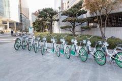 Seoul's公开自行车租务系统 Ddaleungee自行车停放在地铁站或汽车站附近的一个停放站在Se 免版税库存图片