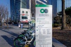 Seoul's公开自行车租务系统 Ddaleungee自行车停放在地铁站或汽车站附近的一个停放站在Se 免版税库存照片