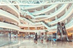 SEOUL, COREA DEL SUD - 17 AGOSTO 2015: Lotti della gente che fa che shoping nel ` del centro commerciale del Times Square del ` Fotografie Stock