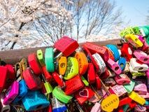 Seoul, Corea del Sud - 16 aprile 2018: Ami la chiave e la montagna namsan dei fiori di ciliegia nella stagione estiva alla torre  Immagini Stock Libere da Diritti