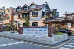 Seoul, Corea del Sud - circa settembre 2015: Case a pochi piani nella zona residenziale a Seoul Fotografie Stock Libere da Diritti