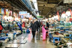 Seoul, Corea del Sud - 17 dicembre 2015: Il vecchio mercato ittico di Noryangjin a Seoul Stabilito dal 1927, i vecchi fronti dell Fotografia Stock Libera da Diritti