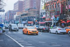 SEOUL, COREA DEL SUD - 29 dicembre 2014: Strada affollata con le automobili ed i vari negozi in Ittaewon Immagine Stock Libera da Diritti