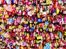 Seoul, Corea del Sud - 3 giugno 2017: Lucchetti variopinti di amore, Seoul, parco di Namsan fotografia stock
