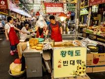 Seoul, Corea del Sud - 21 giugno 2017: Venditori dei clienti aspettanti dell'alimento coreano al mercato di Gwangjang a Seoul immagine stock libera da diritti