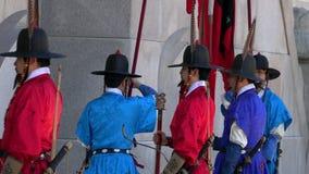 Seoul, Corea del Sud - 19 maggio 2018: Cerimonia cambiante delle guardie al palazzo di Gyeongbokgung stock footage